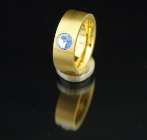 8mm PVD Gold Edelstahlring mit Swarovski Elements Fb. Light Sapphire